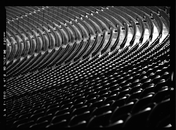 Blick vom Haupteingang des Berliner Olympiastadion am Marchfeld entlang der Nordöstlichen Kurve entlang der leeren Ränge auf die Sitzplätze - © bildraum-f   fotografie