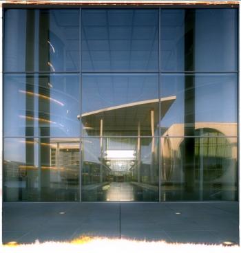 Spiegelung des Marie-Elisabeth-Lüders-Haus (Parlamentsbibliothek und -archiv) in der Glasfassade des Paul-Löbe-Haus (Parlamentsgebäude im Berliner Regierungsviertel) - © bildraum-f | fotografie