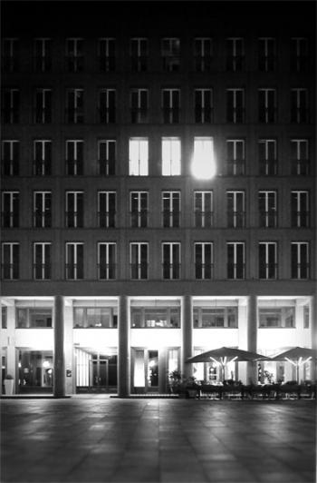 Beleuchtete Fenster bei Nacht am Walter Benjamin Platz, Berlin Charlottenburg - © bildraum-f | fotografie