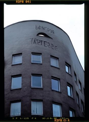 """Das sogenannte """"bonjour tristesse"""" Wohnhaus (1980-1984) von Alvaro Siza, Nahe dem U-Bahnhof Schlesisches Tor, steht an der Schlesischen Strasse in Berlin Kreuzberg - © bildraum-f   fotografie"""