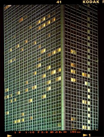 "Nächtlich partiell beleuchtete Fassade des ""Park Inn"" Hotel am Berliner Alexanderplatz - © bildraum-f   fotografie"