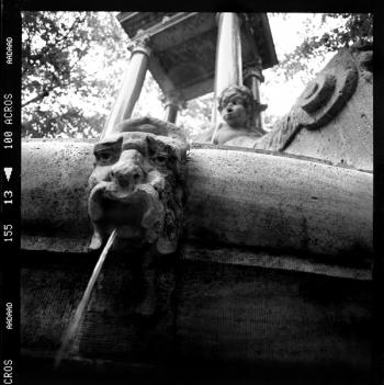 Steinernder Wasserspeier, Bayrischer Brunnen am Hindemith Platz, Berlin - © bildraum-f | fotografie