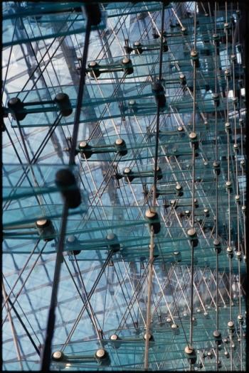 Struktur des tragenden Raumfachwerks, mit Glasschwertern, der Südlichen Glasfassade am Hauptbahnhof Berlin - © bildraum-f | fotografie