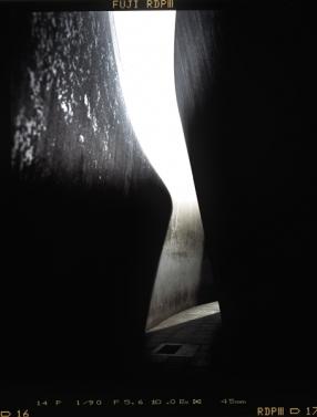"""Skulptur aus gebogenen Corten-Stahl Platten von Richard Serra mit dem Namen """"Berlin Junction"""", 1987 aufgestellt - © bildraum-f   fotografie"""