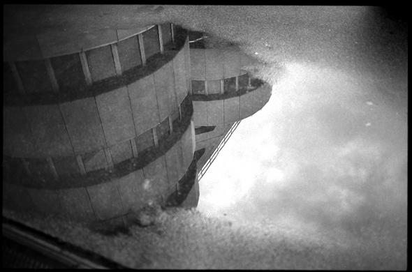 Spiegelbild ICC Berlin | Reflektion in einer Wasserlache - © bildraum-f | fotografie