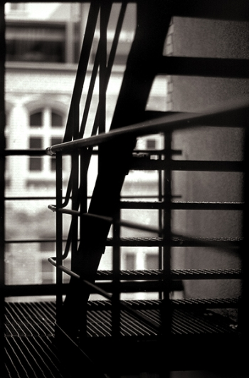 Stahltreppe aus Gitterrosten mit Balkon als Notausgang im Kreuzberger Hinterhof - © bildraum-f | fotografie