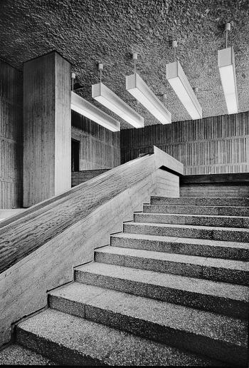 Hauptsache es ist Beton - Treppe im zentralen Haupthaus der  Technischen Universität Berlin vom Neubau in Richtung Altbautrakt in Richtung Großer Lichthof - © bildraum-f | fotografie