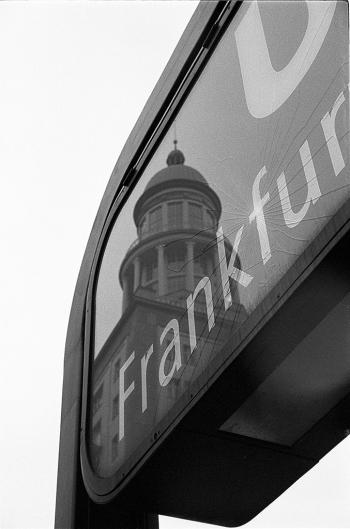 Boluevard of broken dreams   Spiegelung der der südlichen Laterne des Frankfurters Tor in der Karl-Marx-Allee - © bildraum-f   fotografie