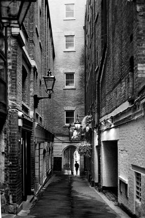 Enge Gasse in der City of London, Bull Inn Court, Strand, WC2R 0NP, Covent Garden. Rechts Hinten: The Nell Gywenne Taverne - © bildraum-f | fotografie