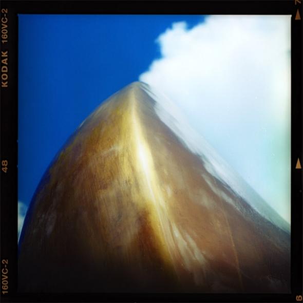 """Grossplastik von Henry Moore mit dem Namen """"Der Bogenschuetze"""" auf dem Sockelplateau der Neuen Nationalgalerie am Kulturforum, Kemperplatz Berlin - © bildraum-f   fotografie"""