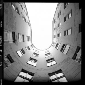 Verwitterte Hinterhof-Putzfassade eines um 1915 gebauten Berliner Wohnungshaus in Charlottenburg - © bildraum-f   fotografie