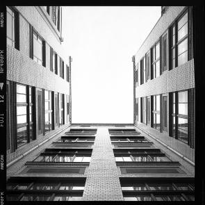 Klinker Hinterhof-Fassade eines um 1910 gebauten Berliner Wohnungshaus am Hackeschen Markt - © bildraum-f   fotografie