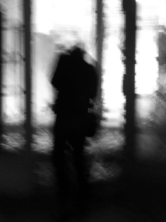 verschwommen aufnahme von mir in den ruinen der beelitzer heilstätten, im operationstrakt - © bildraum-f | fotografie