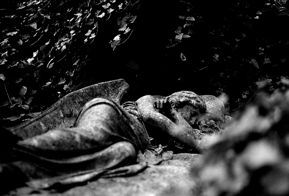 Highgate Cemetery -The sleeping angel on the grave of Mary Nichols © bildraum-f   fotografie