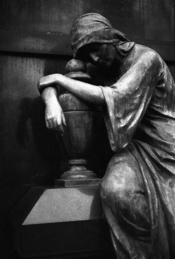 Die Trauernde, Großplastik aus Bronze- © bildraum-f   fotografie