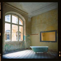 Badewanne im Eingangsbereich des Badehauses der Lungenheilanstalt Beelitz Heilstätten, Brandenburg - © bildraum-f   fotografie