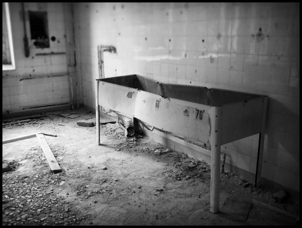 Funktionsraum mit Sterilisationsbecken in der Chirugie, ehemaliges russischen Sanatorium, Ruine Beelitz , Brandenburg - © bildraum-f   fotografie