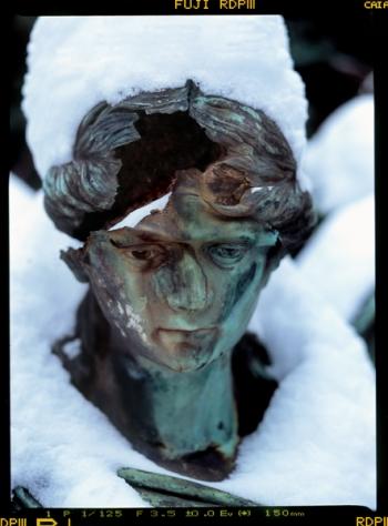 Zerstörte Grabfigur auf dem Alten Domfriedhof der St.-Hedwigs-Gemeinde im Wedding, Liesenstraße - © bildraum-f | fotografie