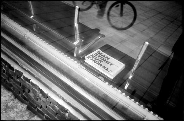 """""""Man stirbt nur einmal"""", Werbung der Schaubuehne Berlin mit nahezu philosophisch unbestreitbarer Aussage"""