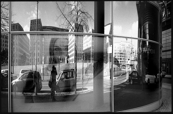 Spiegelwelt - Häuser Reflektion in der Glasfassade am Potsdamer Platz