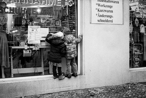 Schaufenster und kindliche Fenstergucker - © bildraum-f   fotografie