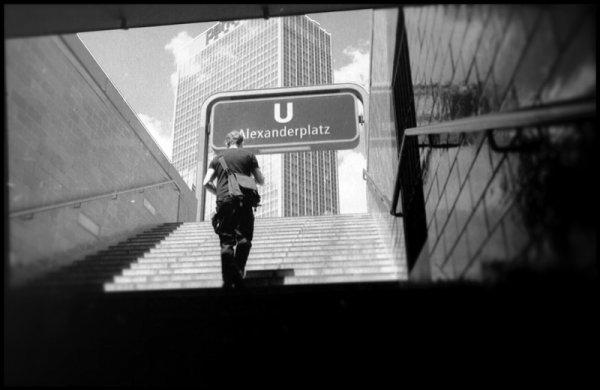 """U-Bahnhof Berlin Alexanderplatz, Treppen aus dem Untergund. der Typ der da durch mein Bild läuft betreibt """"www.dnaffin.de"""" - siehe header. Gruß - © bildraum-f   fotografie"""