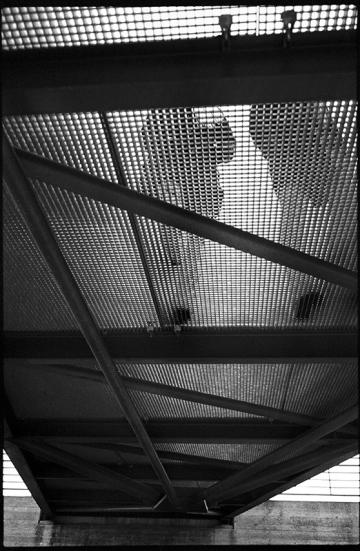 Lichtspiele - Schattenrisse, untere Ansicht Fußgängerbrücke, belegt mit Gitterrostplatten, Berlin März 2011