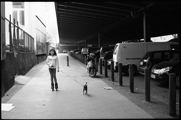 Kein Kinderspiel, Schöne neue Welt - Kein Raum für Kinder zum Spielen, unter der Bundesautobahn am Bundeplatz, Wilmersdorf,
