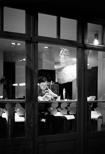 Nachtcafe - Kurz nach Mitternacht in der Nähe Hackescher Markt letzte einsame Nachtschwärmer wärmen sich in den umliegenden Cafes auf. - © bildraum-f | fotografie