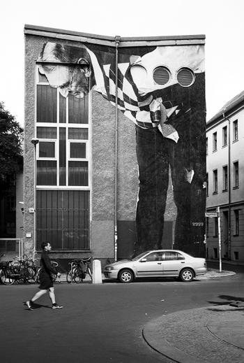 Streetart | Riese als Beobachter oder doch nur Gullivers Reisende - © bildraum-f | fotografie