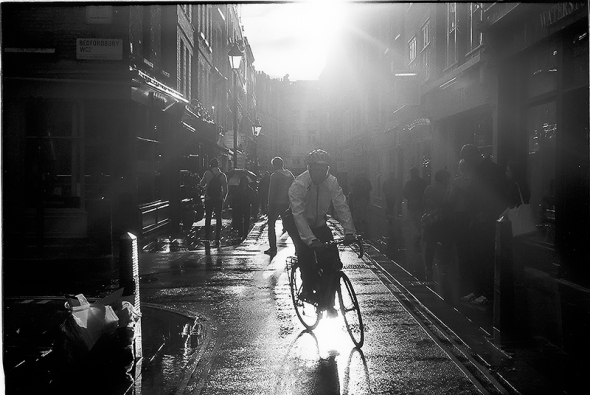 Contre jour - London nach dem Regen, Gegenlichtfotografie New Row Ecke Bedfordbury, Covent Garden, City of Westminster