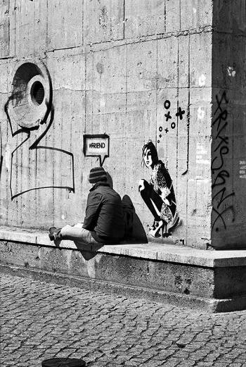#friend | Frühling, für sich selbst sprechendes und lebendiges Wandbild vor dem Hochbunker in der Reinhardtstrasse, der die Samlung Boros beherbergt - © bildraum-f | fotografie
