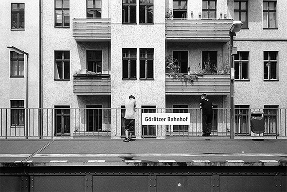 Kreuzberger Kinder beobachten den unter der Hochbahn fliessenden Verkehr am U-Bahnhof Goerlitzer Bahnhof in Kreuzberg. - © bildraum-f   fotografie