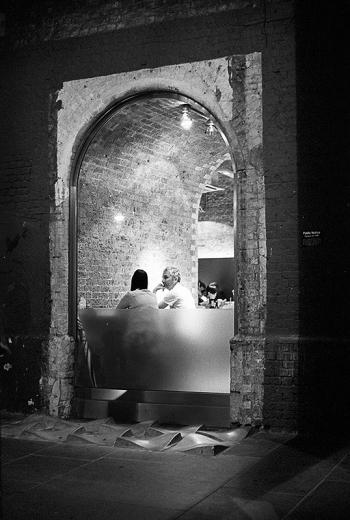 Beleuchtetes Restaurantfenster am Abend im Clink Street Tunnel, Bankside London - © bildraum-f | fotografie