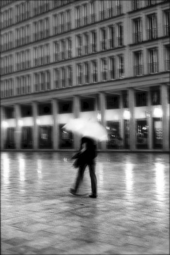 sommerregen, regnerischer nachmittag auf dem walter-benjamin-platz in berlin, 2012