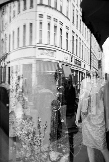 Reflektion - Spiegelbild einer Stadt | the haunted road, Nähe Hackescher Markt, Berlin Mitte - © bildraum-f | fotografie