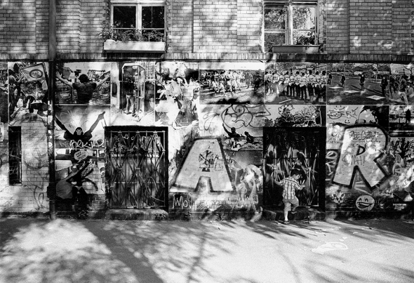 """Riesige sozialkritische Streetart Collage am  """"Georg von Rauch Haus"""" auf dem nördlichen Gelände des Kuenstlerhaus Bethanien"""