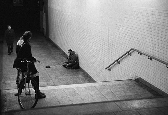 Ein Strassenmusiker gibt mitten im tiefsten Winter ein kleines Konzert in der Unterfuehrung unter dem U-Bhf. Warschauer Strasse - Berlin Friedrichshain - © bildraum-f | fotografie