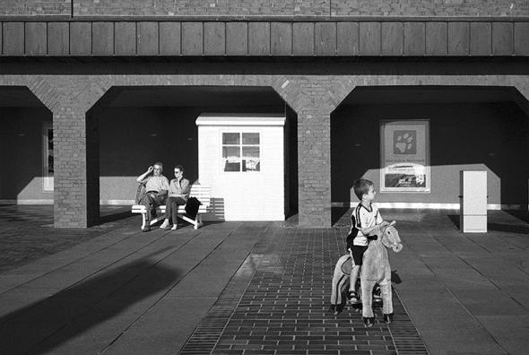 Kind, Spiezeug Reitpferd auf der Kurpromenade Westerland, Sylt - © bildraum-f | fotografie