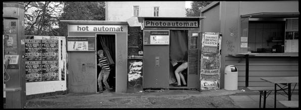 Zwei Fotoautomate und zwei Personen ergeben gleich zwölf Bilder. Warschauer Straße, Berlin Friedrichshain